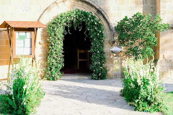 Εντυπωσιακός στολισμός εκκλησίας με αψίδα πρασινάδας