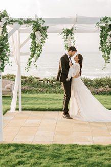 Ρομαντικός στολισμός υπαίθριας δεξίωσης γάμου με gazebo και κρεμμαστά λουλούδια