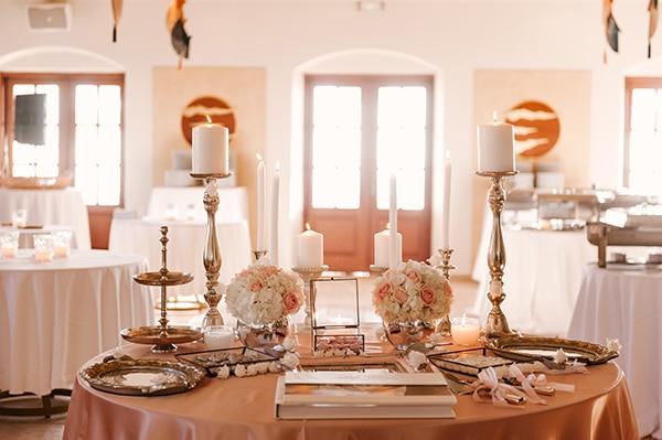 Elegant στολισμός dessert table γάμου με κηροπήγια