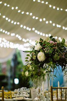 Ρομαντικος – elegant στολισμος δεξιωσης με λουλουδια και fairylights