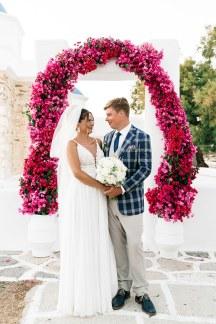 Εντυπωσιακη αψιδα απο μπουκαμβιλια για εναν καλοκαιρινο γαμο