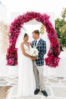 Εντυπωσιακή αψίδα από μπουκαμβίλια για έναν καλοκαιρινό γάμο