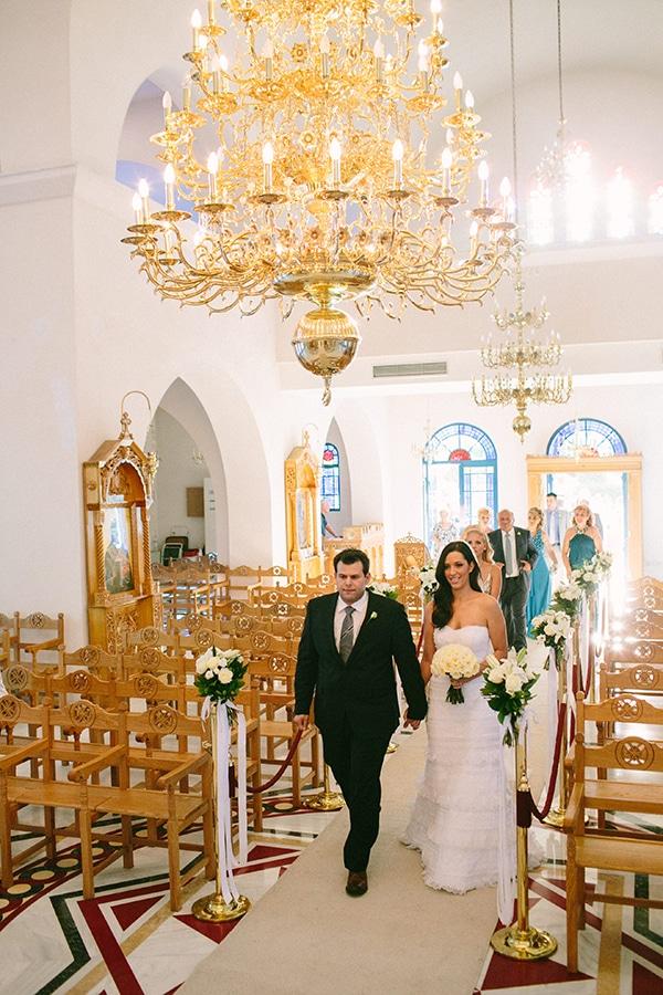 Ρομαντικός στολισμός εκκλησίας με μπουκετάκια λουλουδιών και αέρινα υφάσματα