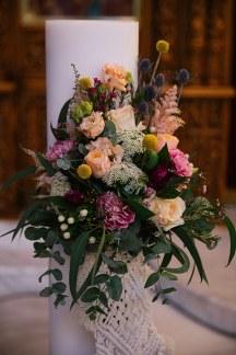 Υπεροχος στολισμος λαμπαδας με λουλουδια σε εντονες αποχρωσεις και macramé