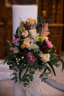 Υπέροχος στολισμός λαμπάδας με λουλούδια σε έντονες αποχρώσεις και macramé