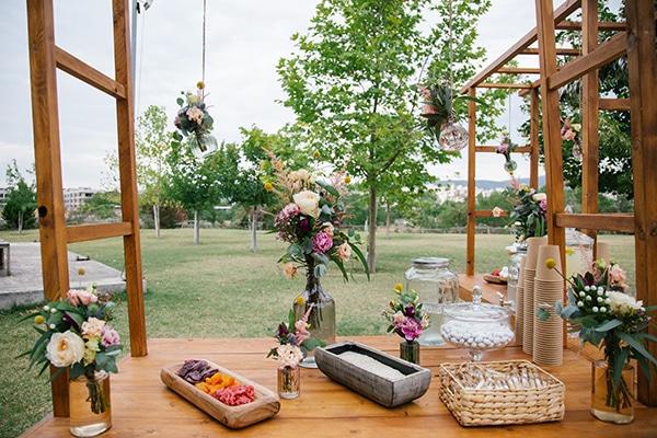Πανέμορφος στολισμός ρουστίκ δεξίωσης γάμου με λουλούδια