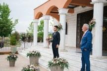 Ρουστικ στολισμος προαυλιου εκκλησιας με ανθοσυνθεσεις σε ψαθινα καλαθια