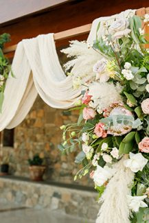 Ρουστικ ξυλινη αψιδα με λουλουδια και υφασματα