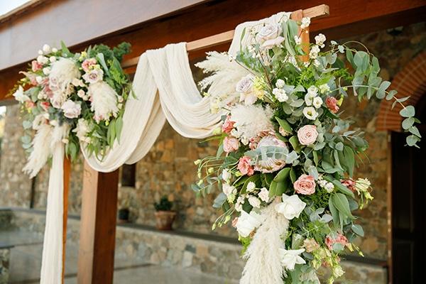 Ρουστίκ ξύλινη αψίδα με λουλούδια και υφάσματα