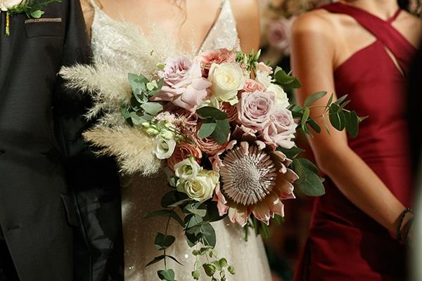 Ασσύμετρη νυφική ανθοδέσμη για μποέμ γάμο