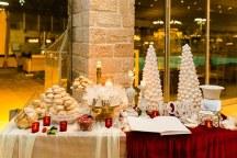 Γιορτινος στολισμος dessert table με κοκκινες πινελιες