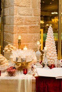 Γιορτινός στολισμός dessert table με κόκκινες πινελιές