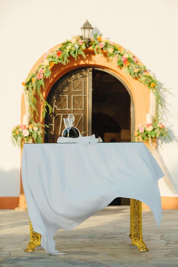 Πανέμορφος στολισμός εισόδου εκκλησίας με γιρλάντα λουλουδιών