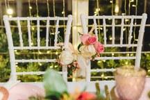 Ρομαντικος στολισμος για καρεκλες ζευγαριου με λουλουδια