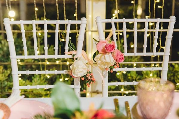 Ρομαντικός στολισμός για καρέκλες ζευγαριού με λουλούδια