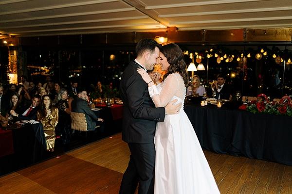 Χειμωνιάτικος γάμος στην Αθήνα με ρομαντική ατμόσφαιρα και κόκκινες αμαρυλλίδες│ Ηρώ & Σπύρος