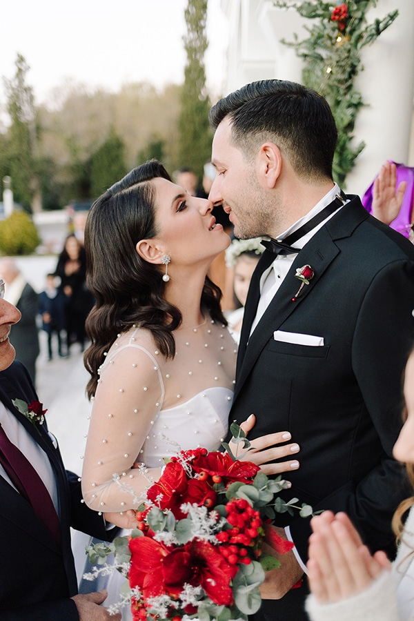 winter-wedding-athens-romantic-atmosphere-red-amaryllis_07x