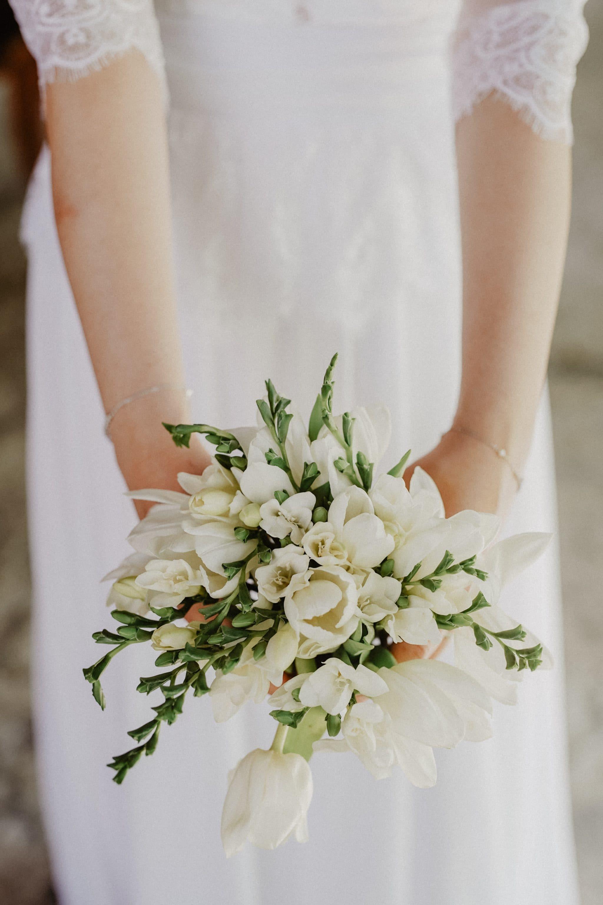 Petite νυφική ανθοδέσμη σε λευκό χρώμα