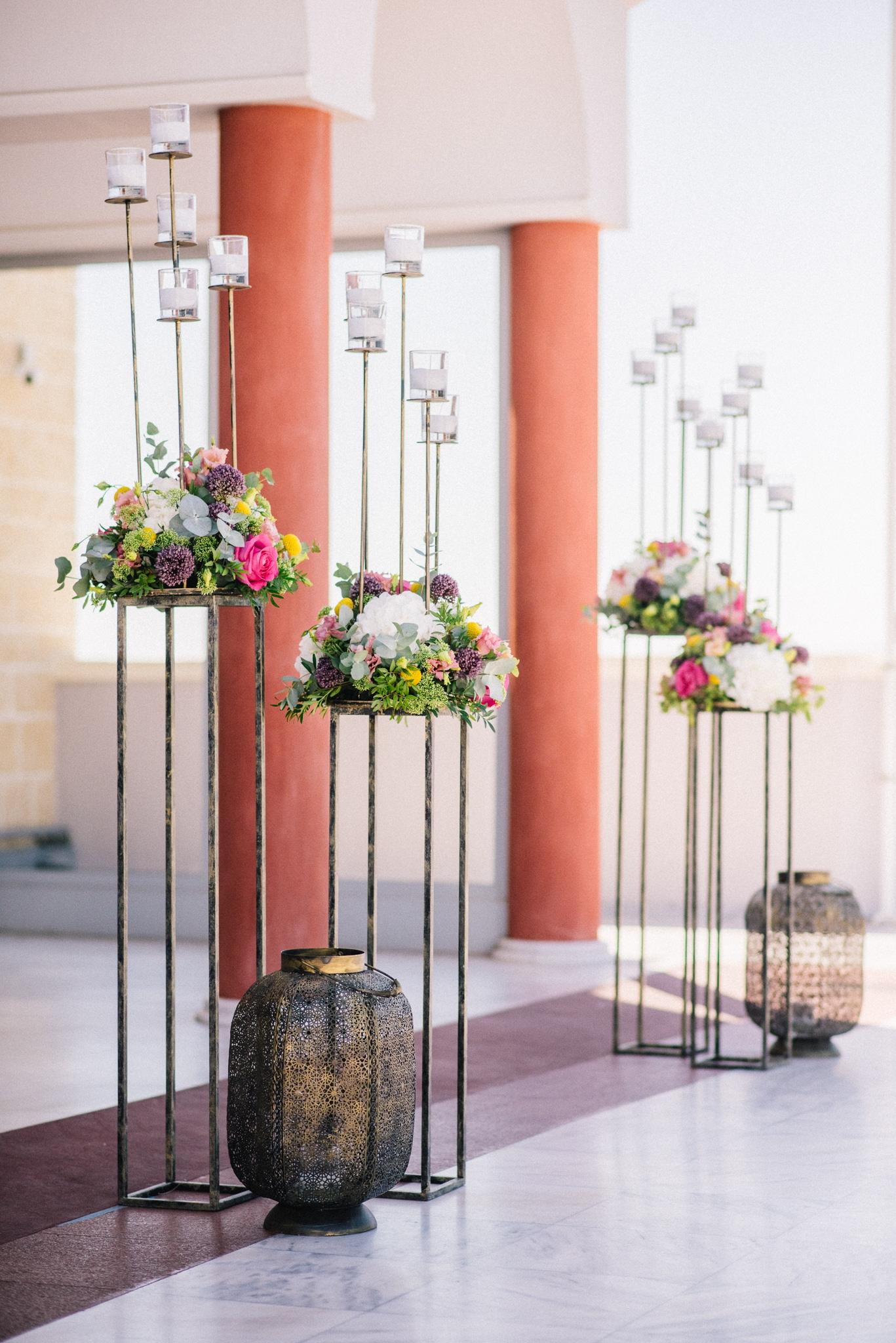 Υπέροχος στολισμός εκκλησίας με ψηλά stand και φρέσκα λουλούδια