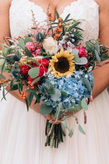 Πολύχρωμη hand-tied νυφική ανθοδέσμη για έναν μοντέρνο γάμο