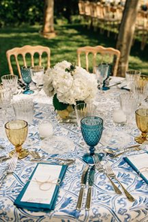Μοντέρνος στολισμός τραπεζιού δεξίωσης με floral tablecloths και ορτανσίες