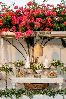 Dessert table γάμου διακοσμημένο με λουλούδια και κεριά