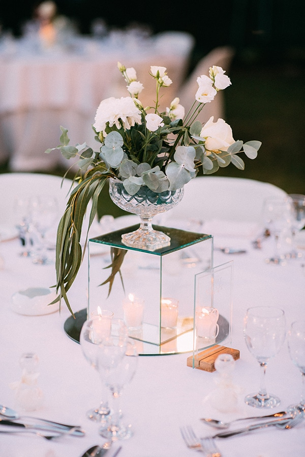 Elegant centerpiece τραπεζιών δεξίωσης με λουλούδια σε γυάλινο βάζο