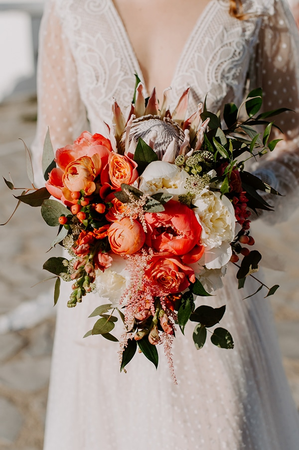 dreamy-elopement-mykonos-beautiful-coral-peonies_02w