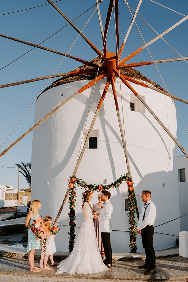 dreamy-elopement-mykonos-beautiful-coral-peonies_08x