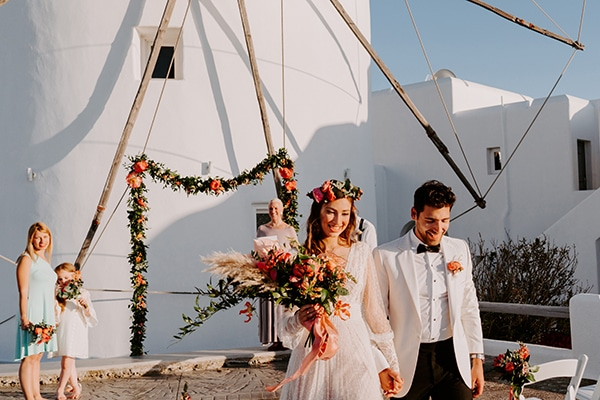 dreamy-elopement-mykonos-beautiful-coral-peonies_11