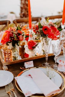 Εντυπωσιακός στολισμός τραπεζιών δεξίωσης γάμου με λουλούδια σε πορτοκαλί αποχρώσεις