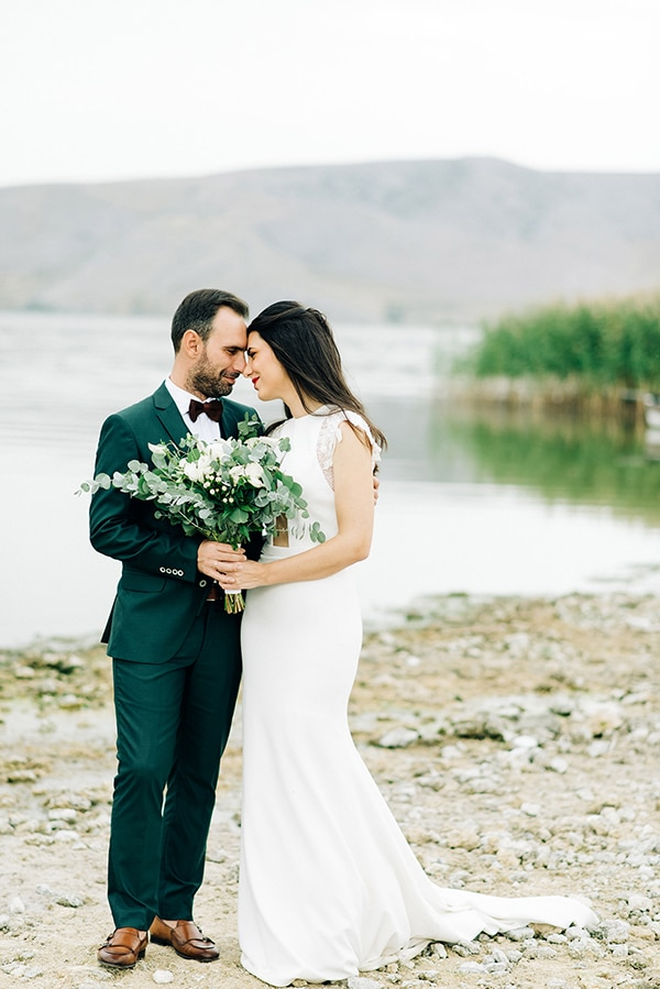 elegant-fall-wewdding-kozani-eucalyptus--white-flowers-gold-details_01x