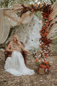 Εντυπωσιακή φθινοπωρινή αψίδα λουλουδιών για δεξίωση γάμου