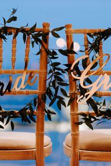 """Στολισμός καρέκλας για νεόνυμφους με πινακίδες """"Groom – Bride"""""""