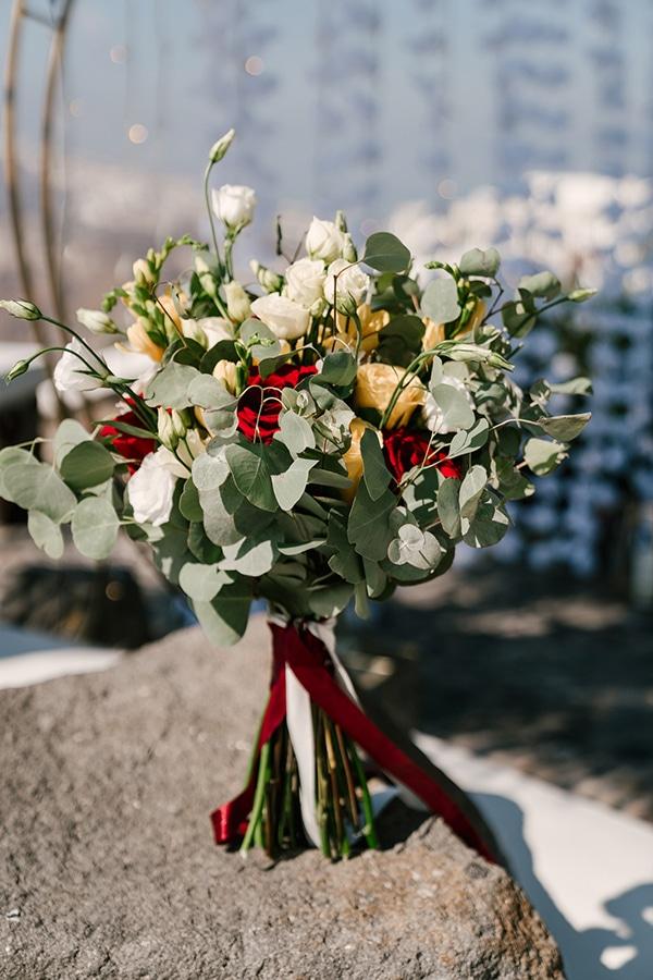 Hand-tied νυφική ανθοδέσμη με τριαντάφυλλα και λυσίανθο