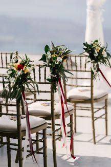 Στολισμός καρέκλας καλεσμένων για τελετή γάμου με τριαντάφυλλα
