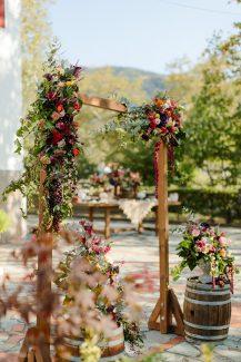 Ρουστίκ ξύλινη αψίδα για δεξίωση γάμου σε εξωτερικό χώρο