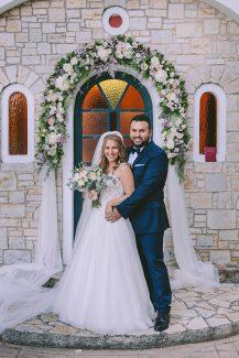 Ρομαντικός στολισμός εισόδου εκκλησίας με γιρλάντα λουλουδιών