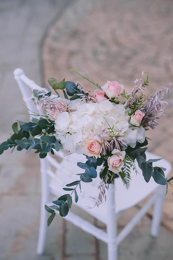 Στολισμός καρέκλας καλεσμένων για τελετή γάμου με λουλούδια