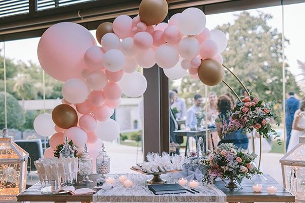 Στολισμός dessert table δεξίωσης γάμου με μπαλόνια και λουλούδια