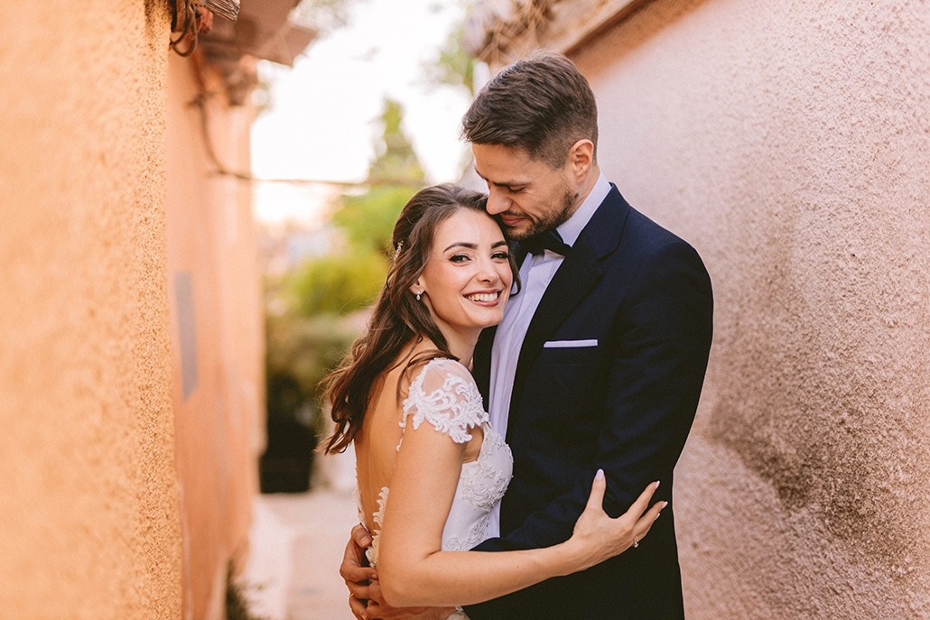 Ρομαντικός φθινοπωρινός γάμος στην Αθήνα σε λευκές – κοραλί αποχρώσεις │ Μαρία & Λάμπρος