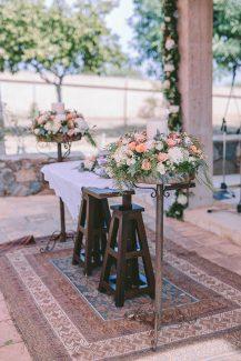 Ρομαντικός στολισμός λαμπάδας με τριαντάφυλλα σε απαλές αποχρώσεις