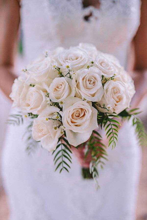 Στρογγυλή νυφική ανθοδέσμη από λευκά τριαντάφυλλα
