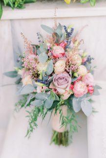 Ηand-tied νυφική ανθοδέσμη με τριαντάφυλλα
