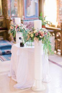 Στολισμός λαμπάδας εκκλησίας με τριαντάφυλλα και πρασινάδα