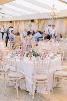 Ρομαντικός στολισμός τραπεζιών δεξίωσης γάμου με λουλούδια και γεωμετρικά διακοσμητικά