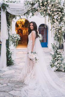 Εντυπωσιακή αψίδα λουλουδιών για τελετή γάμου