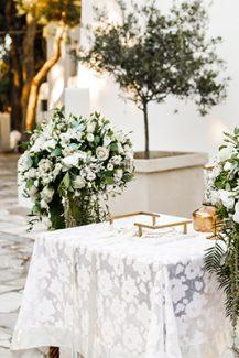 Ρομαντικός στολισμός λαμπάδας με λυσίανθο και τριαντάφυλλα