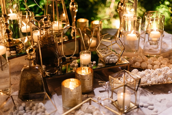 Elegant dessert table γάμου με χρυσά διακοσμητικά