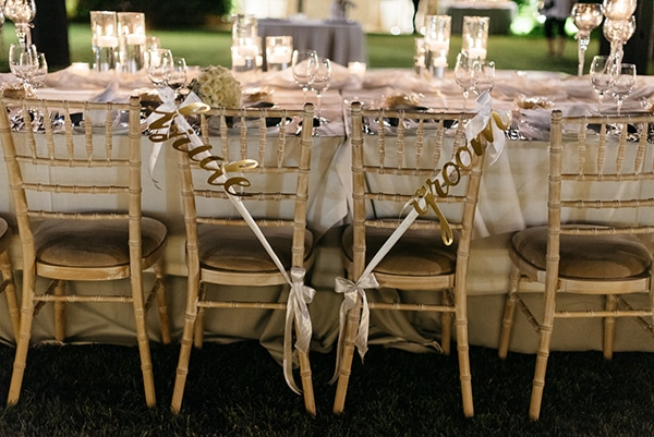 """Στολισμός καρέκλας για νεόνυμφους με χρυσές πινακίδες """"Bride – Groom"""""""